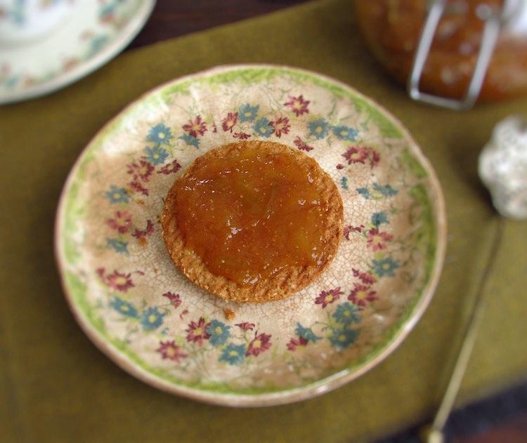 Bolacha com doce de figo num prato