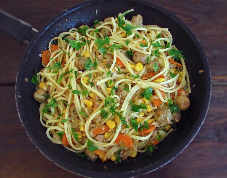 Esparguete com atum, milho e cogumelos numa frigideira