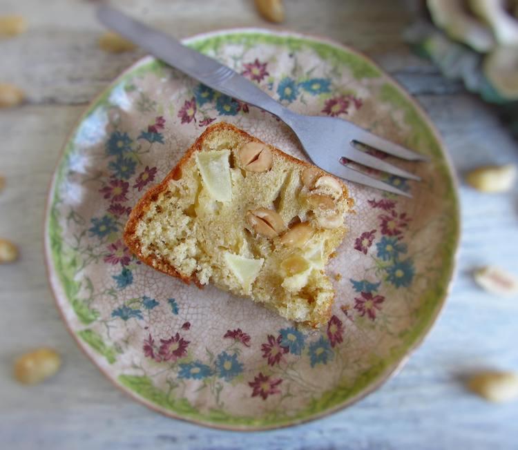 Fatia de bolo de maçã e amendoim num prato