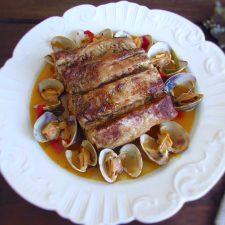 Lombo de porco com amêijoas num prato