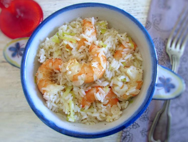Arroz com camarão e alho francês num prato