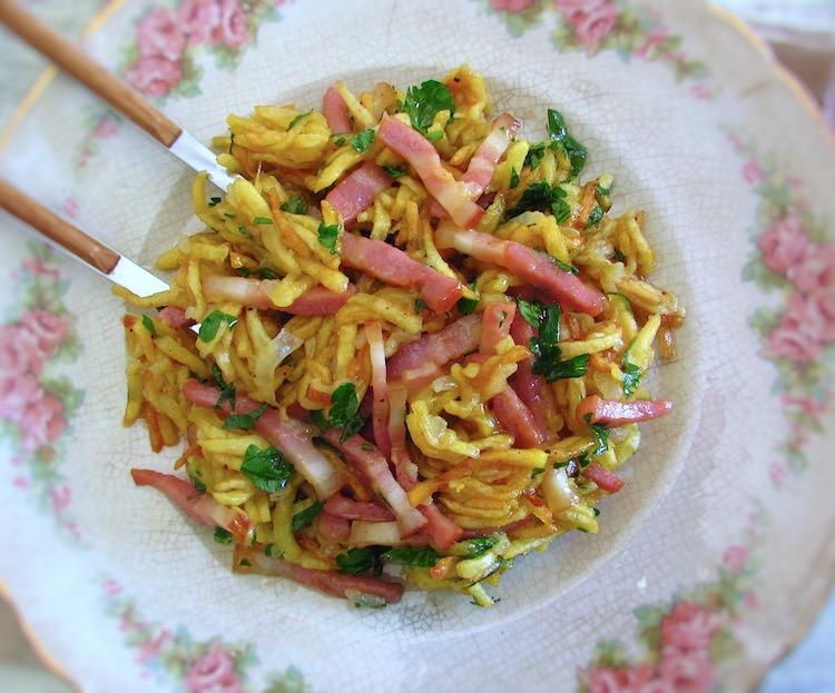 """Bacon """"à Brás"""" on a plate"""