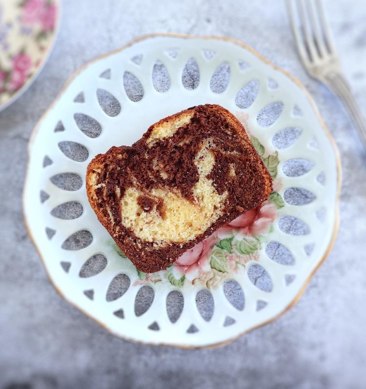 Fatia de bolo mármore de chocolate e limão num prato