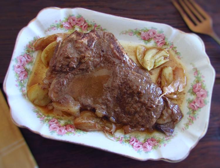 Costeleta de novilho frita com mel numa travessa