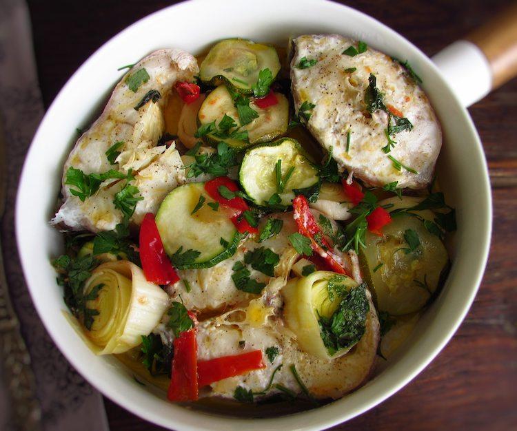 Maruca com legumes num prato
