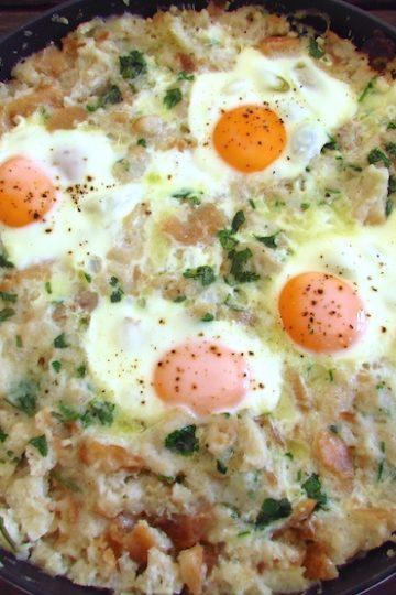Migas com ovos escalfados num frigideira
