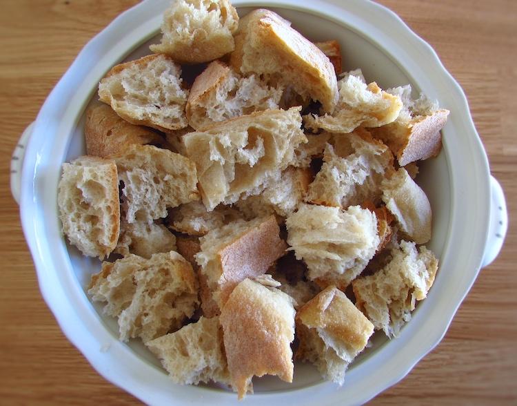 Pão cortado em pedaços numa tigela