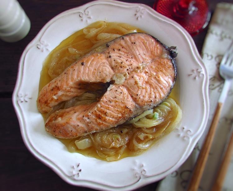 Salmão de cebolada num prato