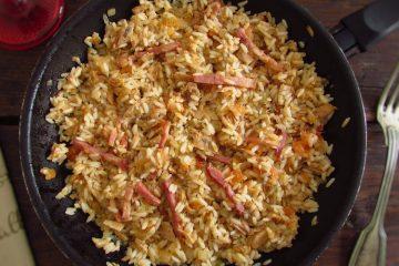 Atum e bacon com arroz numa frigideira