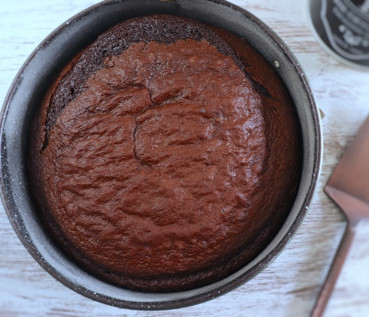 Bolo de chocolate e café numa forma de bolos redonda