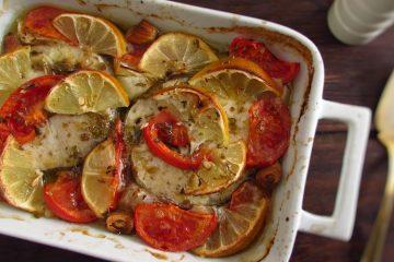Pescada com tomate e limão no forno numa assadeira