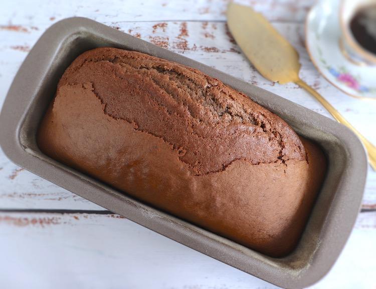 Bolo de açúcar mascavado, azeite e canela numa forma de bolos rectangular