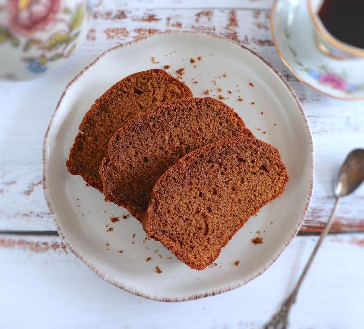 Fatias de bolo de açúcar mascavado, azeite e canela num prato