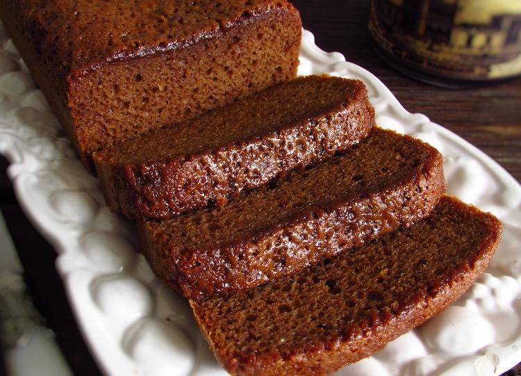 Fatias de bolo de açúcar mascavado, azeite e canela numa travessa
