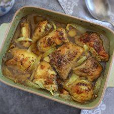 Frango no forno com limão e especiarias numa assadeira