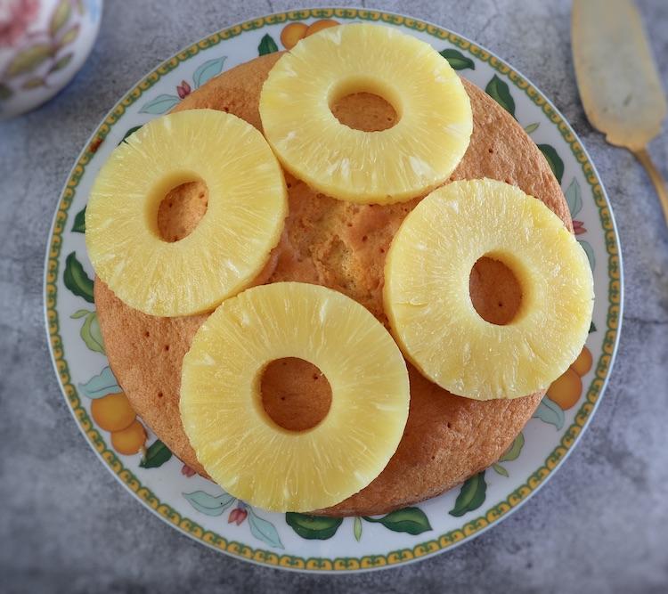 Bolo encharcado com calda de ananás num prato