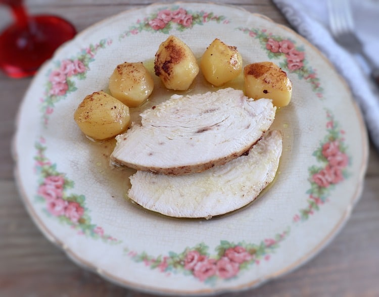 Lombo de peru no forno com limão e canela num prato