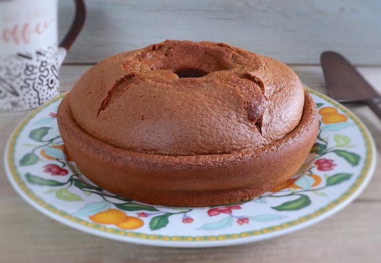 Bolo de laranja e açúcar mascavado num prato