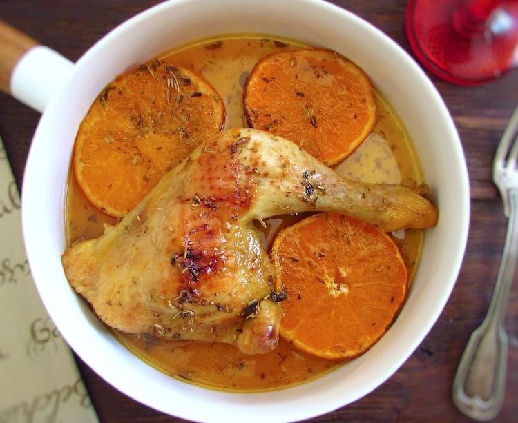 Coxas de frango no forno com laranja num prato fundo