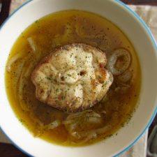 Cação de cebolada num prato