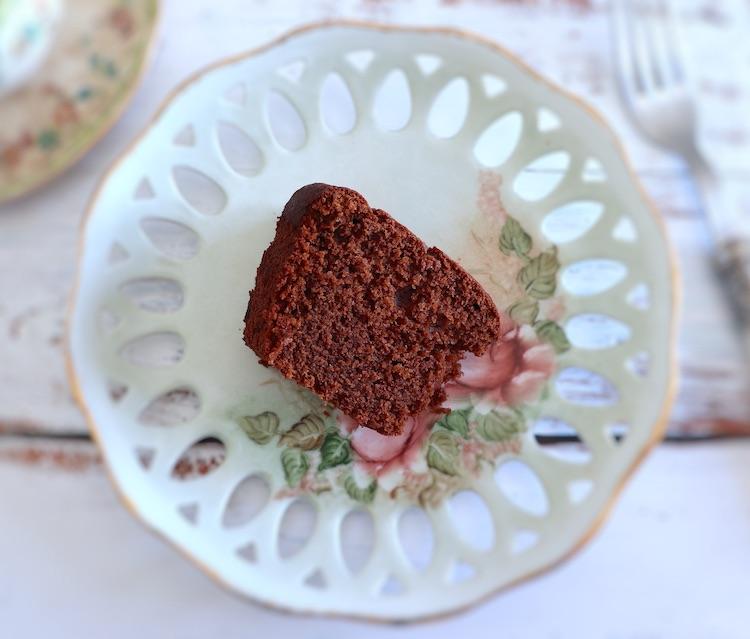 Fatia de bolo de chocolate e limão num prato