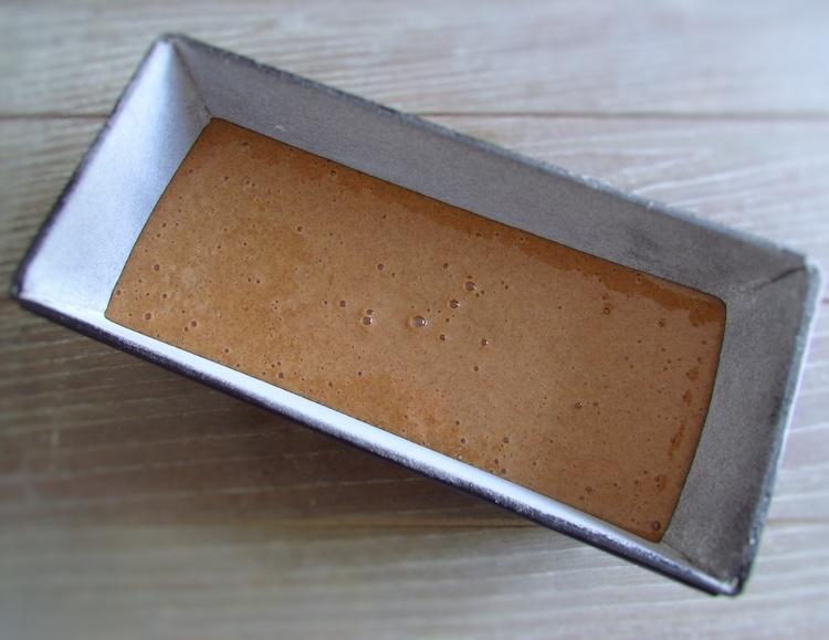 Massa de bolo de laranja e canela numa forma de bolos rectangular