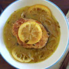 Pescada com limão num prato fundo