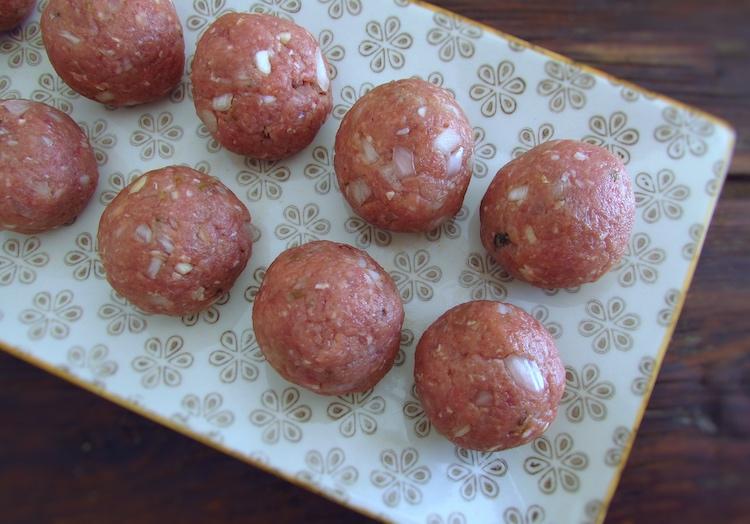Pequenas porções de carne em forma de bolas numa travessa