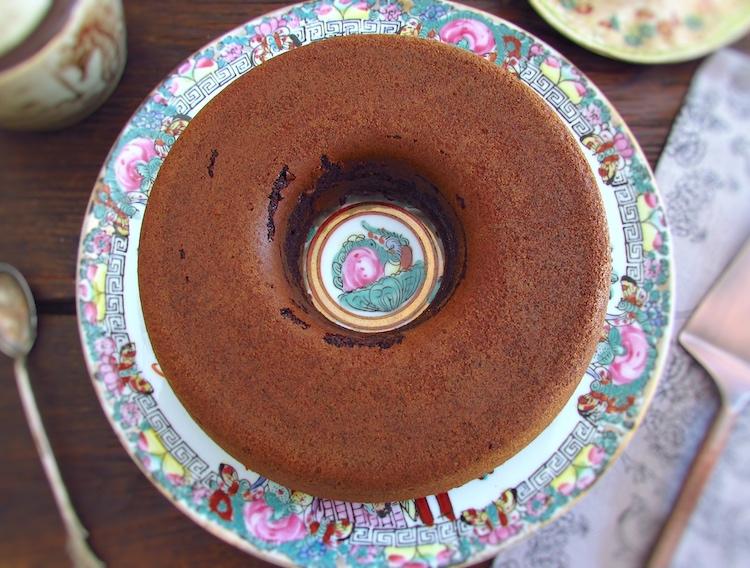 Bolo de chocolate e caramelo num prato