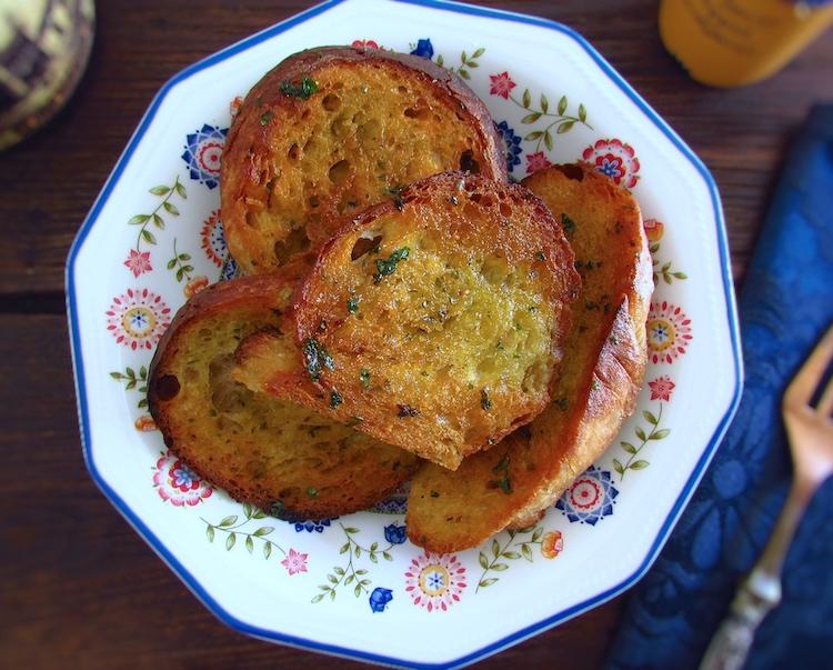 Pão frito num prato fundo