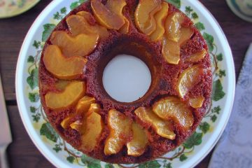 Bolo de canela com maçã caramelizada num prato