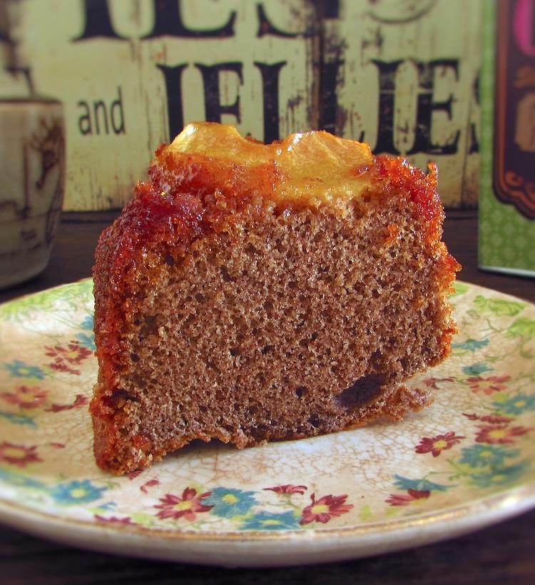 Fatia de bolo de canela com maçã caramelizada num prato