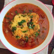 Pescada em molho de tomate com chouriço num prato
