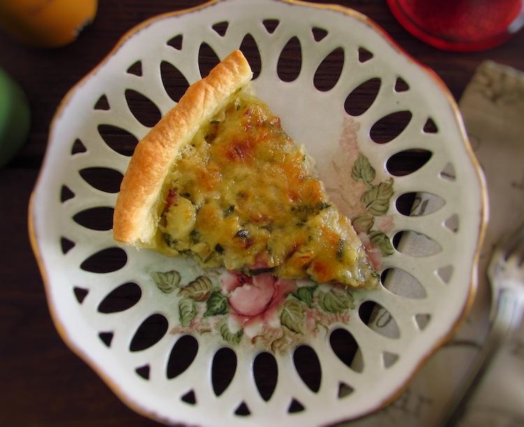Fatia de tarte de bacalhau e bacon num prato