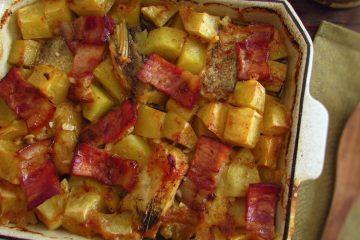 Bacalhau no forno com bacon e mel numa assadeira