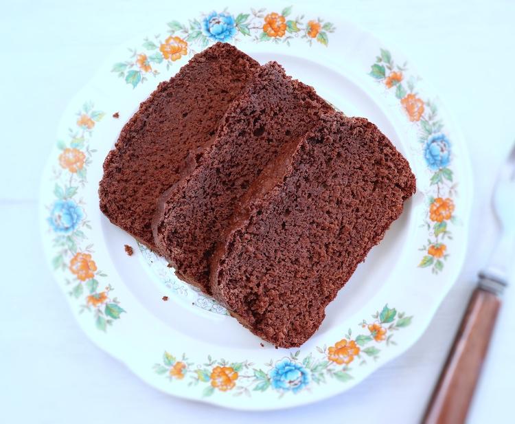Fatias de bolo simples de chocolate num prato