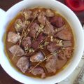 Carne de porco frita com ervas aromáticas num prato