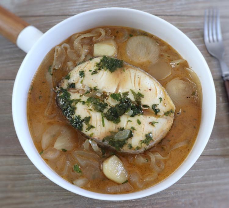 Pescada de cebolada num prato fundo