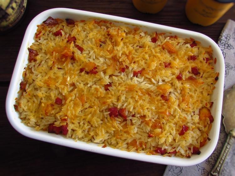 Bacalhau com chouriço e arroz no forno numa assadeira