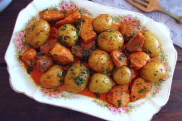 Carne de porco frita com batatas numa travessa