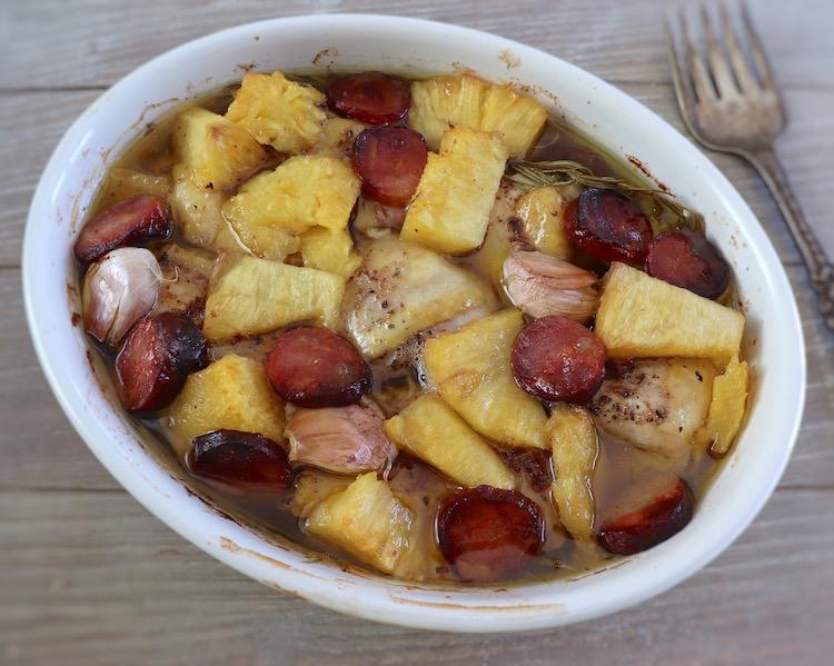 Frango no forno com chouriço e ananás numa assadeira