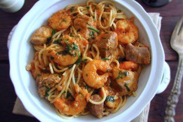 Carne de porco guisada com esparguete e camarão numa terrina