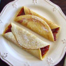 Crepes recheados com doce de morango num prato