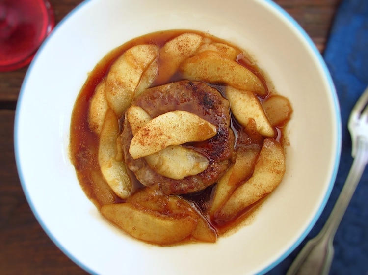 Hambúrgueres com pera caramelizada num prato