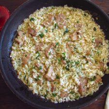 Bife com arroz numa frigideira