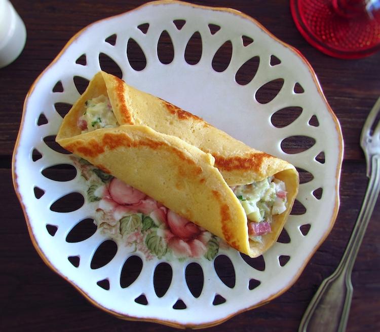 Crepes recheados com bacalhau e bacon num prato