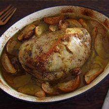 Lombo de peru no forno com maçã e alho numa assadeira