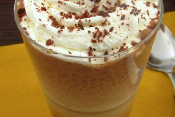 Batido de chocolate com chantilly num copo