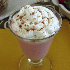 Batido de morango e chocolate num copo