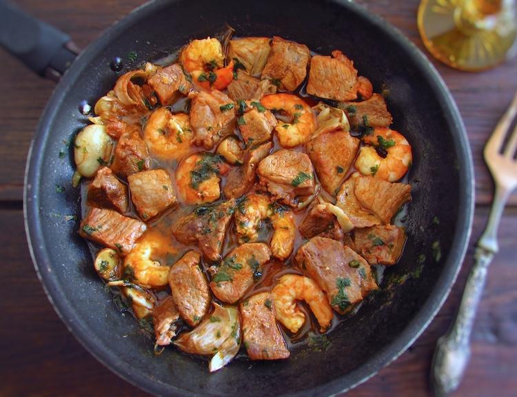 Carne de porco com camarão numa frigideira